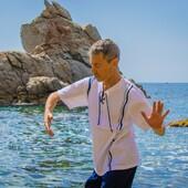 Siente el ritmo del mar 🌊, muévete a su ritmo 🤸♀️.   Eres del mediterráneo, como nosotros ☺️.  Demuéstralo 👉 www.mediterraneanwear.com  #mar #mediterraneo #vacaciones #turismo #camisetas #ropa #algodon #ioga #relajacion #agosto #verano #playa #navegar #paddlesurf #parasiling #surf #kayak #pantalones #estilomediterraneo